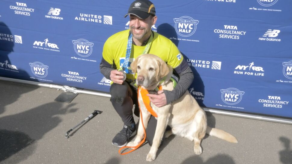 Niewidomy sportowiec ukończył półmaraton nowojorski - pomogły mu trzy labradory