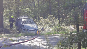 Po dachowaniu kierowca uciekł z auta. On i pasażer byli pijani
