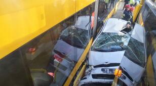 Auto zakleszczyło się między tramwajami