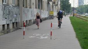 Rowerzystka wjechała w słupek na środku chodnika