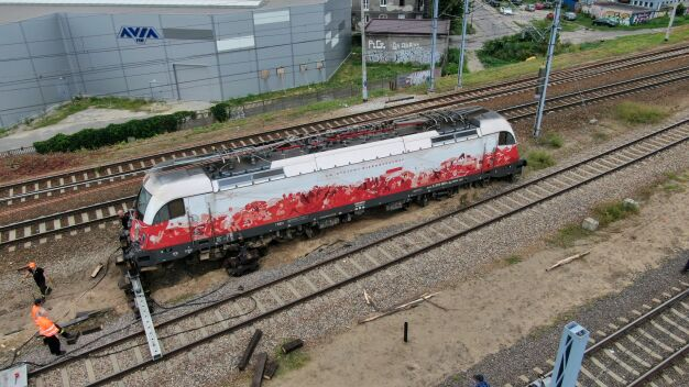 Podnieśli biało-czerwoną lokomotywę. Trwa ustalanie przyczyn wypadku