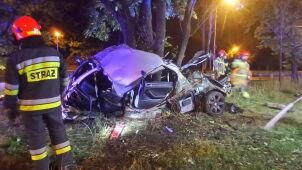 Samochód zawinął się wokół drzewa.