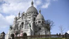 Z powodu koronawirusa zamknięto Bazylikę Najświętszego Serca na szczycie wzgórza Montmartre w Paryżu (PAP/EPA/JULIEN DE ROSA)