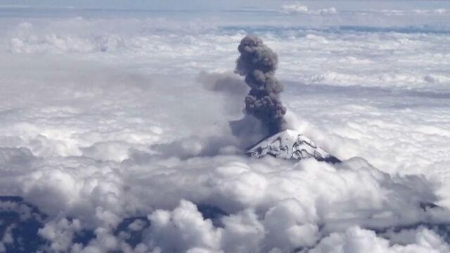 Kłęby dymu nad chmurami.  Erupcja wulkanu Popocatepetl