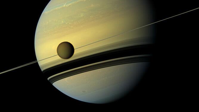 Księżyce i pierścienie Saturna <br />mogą być młodsze od dinozaurów