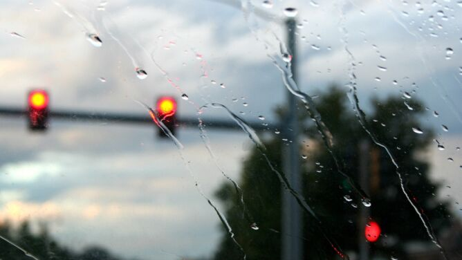 Deszcz i porywisty wiatr utrudnią jazdę
